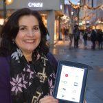 Elene Grätz zeigt Smart City App auf dem Tablet