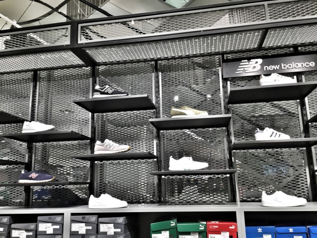schnörkellos die Sneaker-Wand
