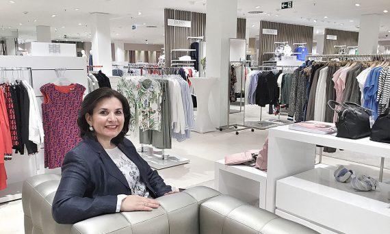 Stilberaterin Elena Grätz am Eröffnungstag bei Zinser Reutlingen